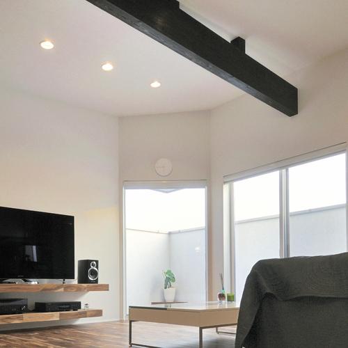 縦に伸びた趣味ゾーン(クライミングウォール)が生活をつなぐ家の画像