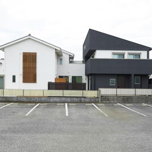 白と黒の二世帯住宅の画像