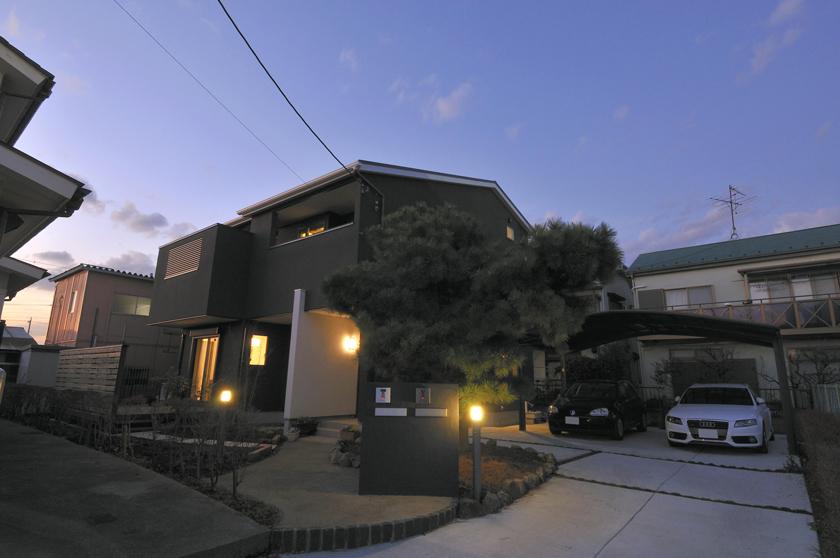 各世帯にスキップフロアによる中二階収納を計画した二世帯住宅の画像