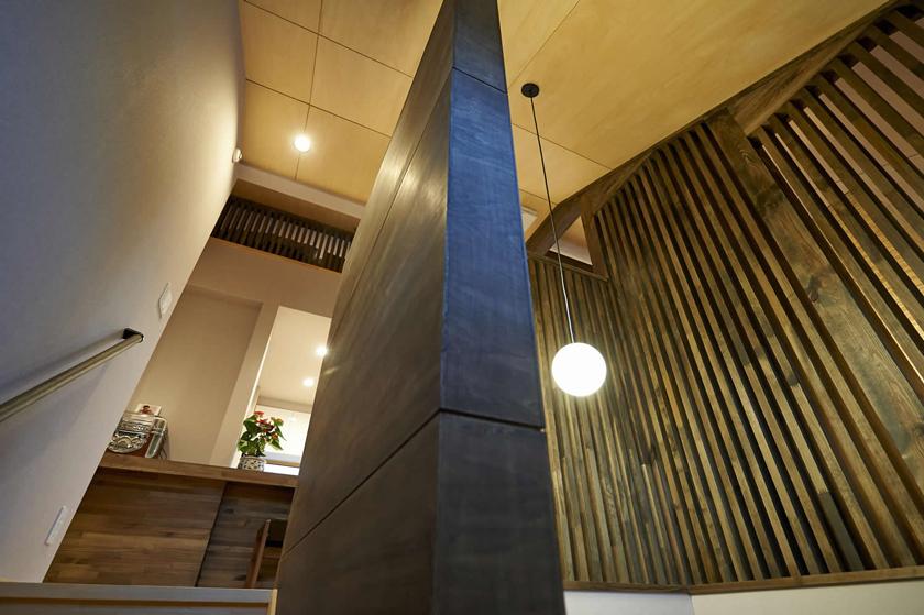 玄関から2階リビングに繋がる階段の画像
