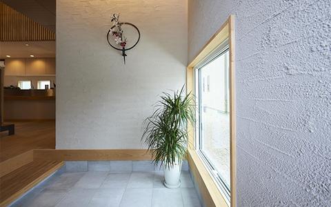 塗り壁が魅力の玄関
